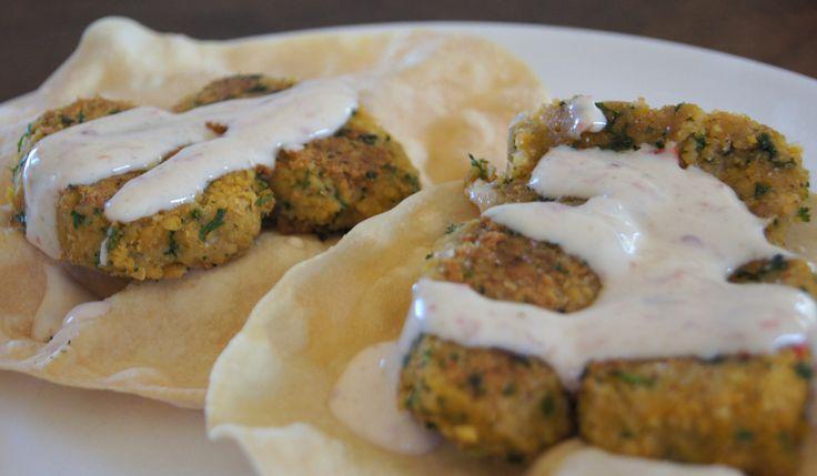 Dit recept voor Zelf falafel maken met pappadums en soja yoghurt komijn saus is er snel,makkelijk en super gezond.Natuurlijk ook erg smaakvol, bekijk recept