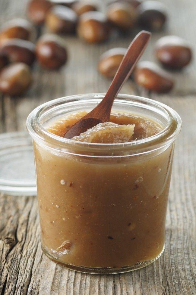 La marmellata di castagne è una conserva autunnale che si realizza con pochi ingredienti, occorrono castagne, zucchero e acqua: ecco la ricetta.
