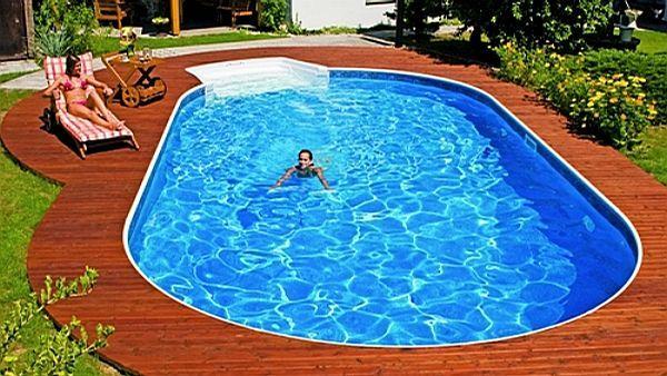 Terasa okolo bazénu z teaku má vynikající schopnost vzdorovat vodě, slunci a dalším povětrnostním vlivům.