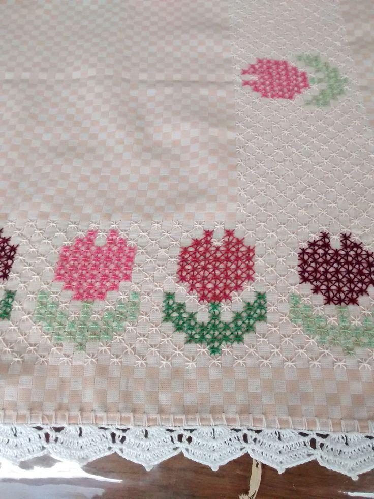 Caminho de mesa,bordado a mão,em tecido xadrez.  Linha Esterlina e Anchor.  Acabamento em crochê.  Dá um requinte a mais na sua mesa.  O vaso não acompanha.