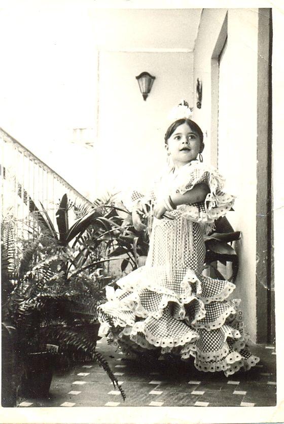 La bailaora de #Sevilla Rocio Coral, hija de la famosa Matilde Coral, vestida con una #batadecola idéntica a la de su madre. (año 1966)