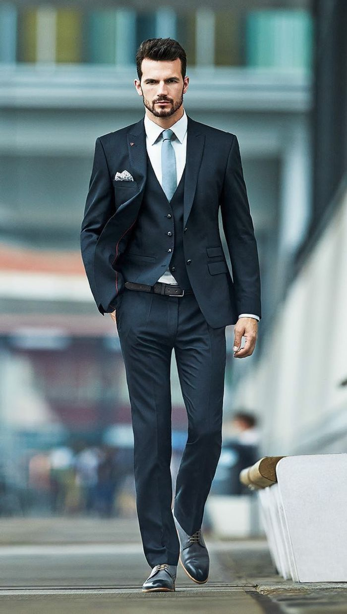 les tendances de la mode, costume gris anthracite pour les hommes modernes