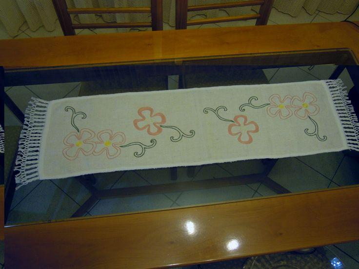 tappeto da tavolo in tessuto antico con ricami e francia di macramè