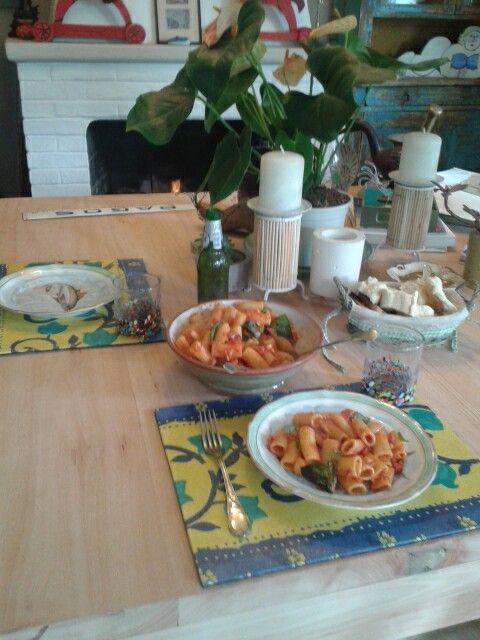 Nos toco almorzar hoy pasta italiana con tomate oliva platos KPM vajilla alemana pintada a mano, prácticos  individuales diseñados por Sylvia Winther y nos acompaña cerveza Grolsch distribuidor en Uruguay Lisley en vasos artesanales de vidrio Mexicano