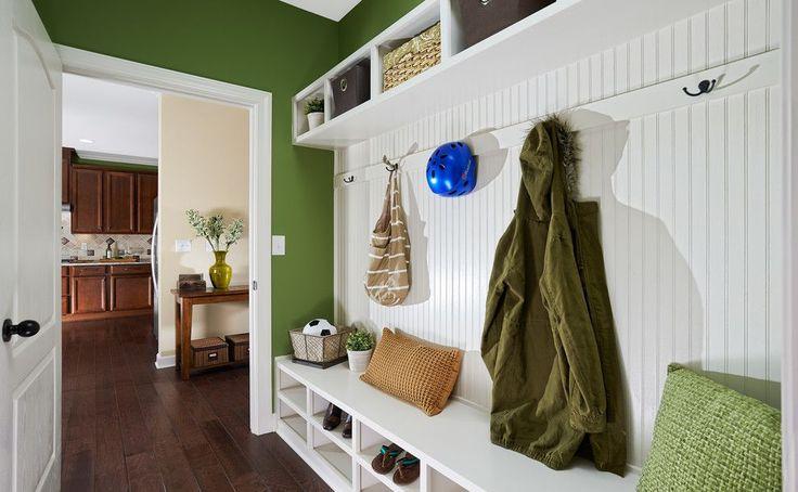 65 идей прихожих для узкого коридора: как обмануть пространство (фото) http://happymodern.ru/93860-2/ Зелено-белые интерьеры смотрятся контрастно и в тоже время нежно Смотри больше http://happymodern.ru/93860-2/