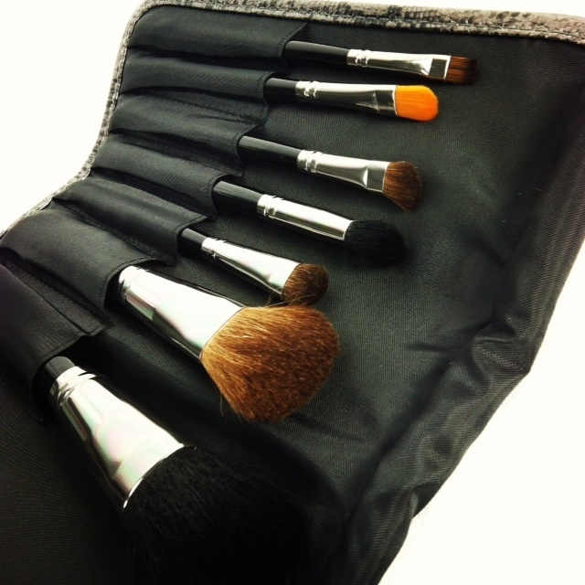 The perfect present! Ideal for travel and the on-the-go professional, the Brush Roll holds 11 brushes and offers a flexible, mesh pocket for sharpeners and other tools.