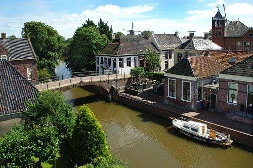 Winsum Groningen -  (Gronings: Wìnzum) Het dorp bezit drie wierden, die van Winsum zelf, Bellingeweer en Obergum. Obergum wordt soms nog als een apart dorp gezien, omdat het aan de overkant van het Winsumerdiep ligt. Het heeft er ook mee te maken dat het dorp twee hoofdstraten heeft, de Hoofdstraat-W (W is van Winsum) en de Hoofdstraat-O (O is van Obergum), soms abusievelijk West en Oost genoemd. De beide kernen vormen samen sinds 1982 een beschermd dorpsgezicht.