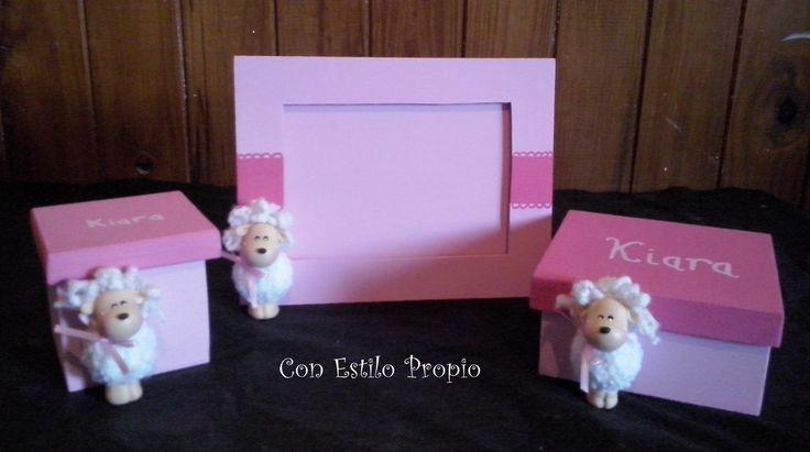 Set de porta retrato y cajas pintadas a mano y barnizadas con aplique de ovejita.