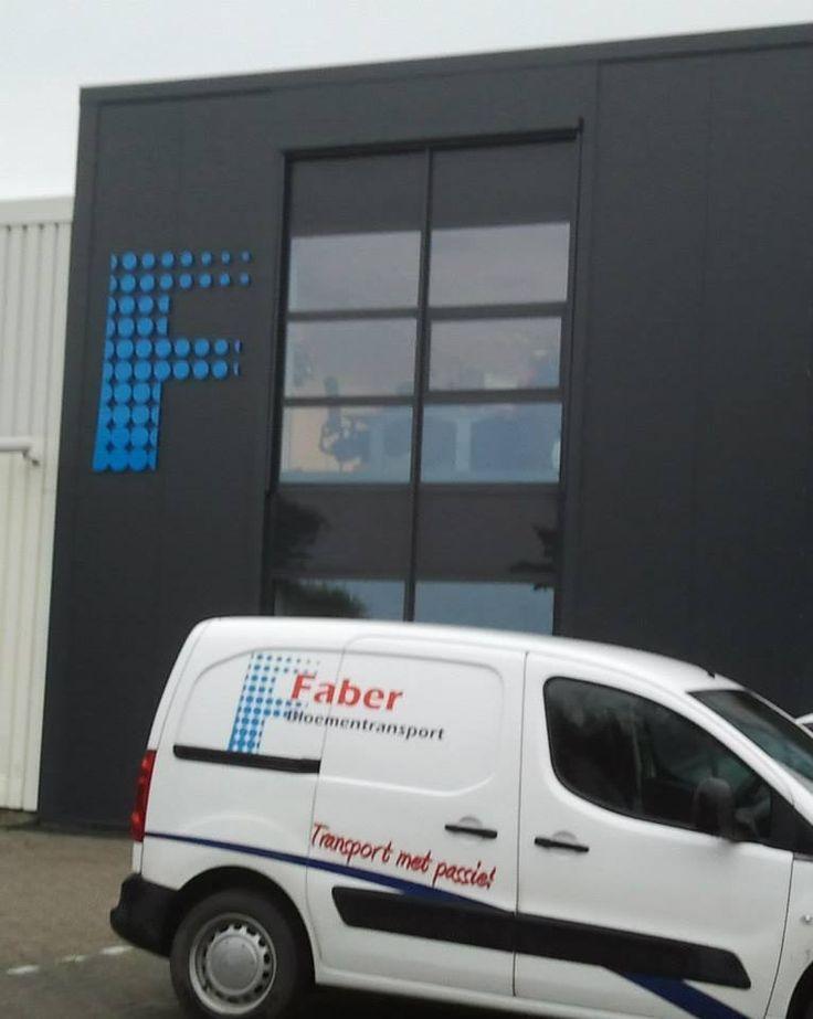 Gevelreclame nieuw pand Faber Bloementransport in Eelde