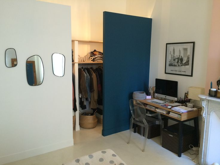 Dressing ouvert dans une chambres, sol en béton ciré par B.CC (couleur Voile/MA's)