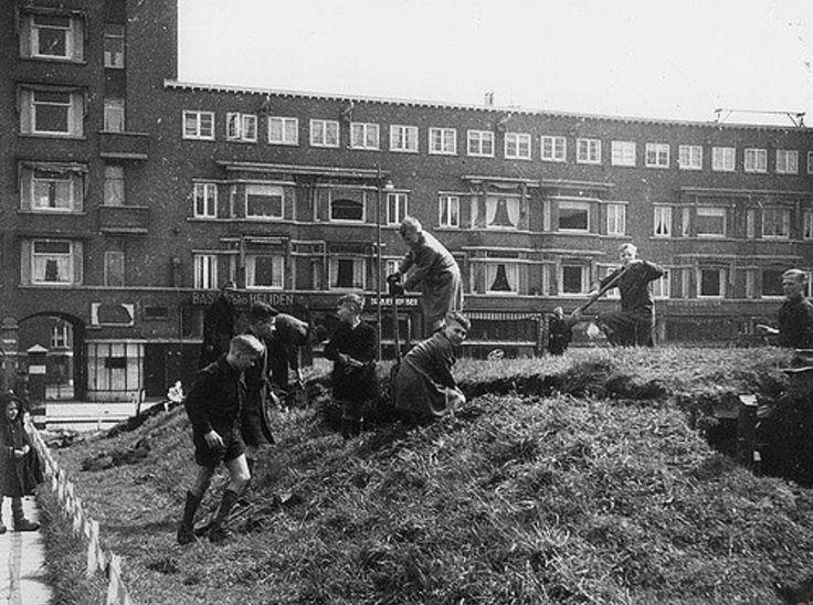 Op het Mathenesserplein te Rotterdam wordt een schuilkelder gesloopt vanwege het hout. Datering: 1944
