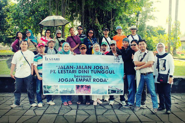 Foto Bersama di Candi Borobudur http://jogjatourtravel.com/