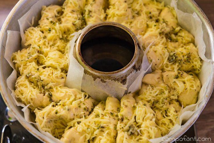 In diesem Omnia Rezept zeige ich dir ein Knoblauch-Käse-Kräuter-Brot, welches sich perfekt als Beilage zum Grillen eignet. Es ist schnell zubereitet, außen schön knusprig und innen cremig. Besser als jedes gekaufte Grillbrot. Probier's aus.