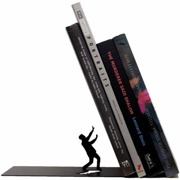 Con este sujetalibros super original podrás decorar esa zona tan colapsada de libros en tu hogar. Además de ser un objetivo muy útil y visualmente agradable. Esta disponible en varios colores, blanco, negro, entre otros