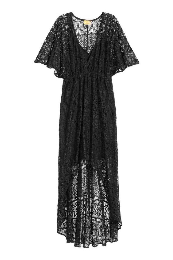 Krajkové šaty: Krajkové šaty s krátkým motýlkovým rukávem. Mají výstřih do véčka. Vpředu jsou krátké, vzadu mají plnou délku. Všité kombiné z měkkého žerzeje s úzkými nastavitelnými ramínky.
