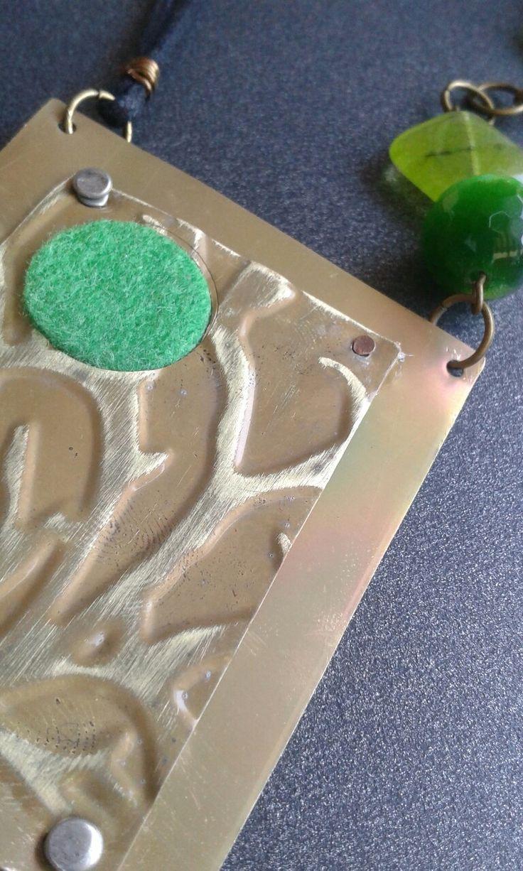 Collana un ottone anticato inciso e feltro con pietre dure verdi