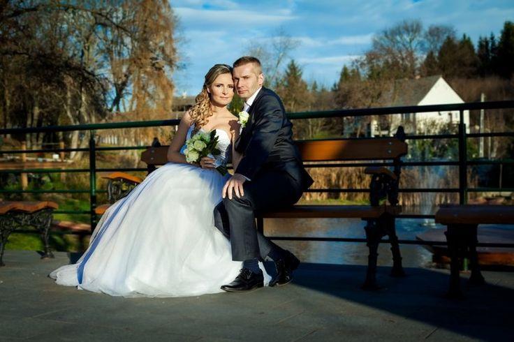 Svadby Za spoluprácou so svadobným fotografom je toho oveľa viac, než len podpísanie zmluvy a oznámenia, kde a kedy sa má dostaviť. Vzhľadom na množstvo detailov a premiestňovania sapočas svadobného dňa, vám dobre informovaný a dobre technicky vybavený fotograf môže veľmi pomôcť k tomu, aby svadobný deň prebehol úplne hladko pre vás ako svadobčanov a taktiež pre fotografa a vy dostanete fotky, ktoré budete milovať. Tu je zopár vecí, ktoré môžete pripraviť vopred: Svadobné pozvánky…