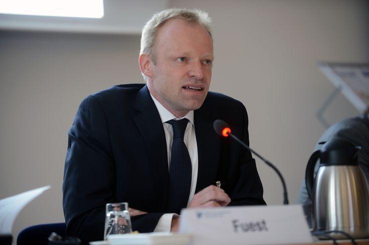 Clemens Fuest (* 23. August 1968 in Münster) ist Professor für Volkswirtschaftslehre an der Universität Mannheim, Präsident des Zentrums für Europäische Wirtschaftsforschung (ZEW) sowie Mitglied des Wissenschaftlichen Beirates beim Bundesministerium der Finanzen. http://de.wikipedia.org/wiki/Clemens_Fuest http://www.zew.de/de/mitarbeiter/cfu