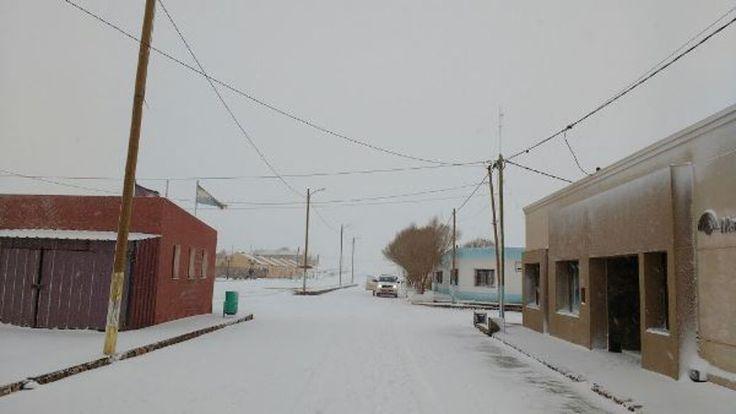 Tolar Grande amaneció con un bello manto blanco. Paso de Sico y Jama cerrados: El departamento Los Andes despertó con varios de sus pueblos…