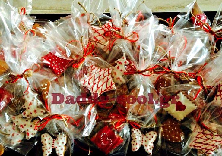 Εκτός από τις ιδέες που σας είχαμε παρουσιασεί εδω για Χριστουγεννιάτικο δωράκι για τις δασκάλες αλλή μια ωραία ιδέα μας έστειλε η φίλη του daddy-cool Ράνια Κοκκινίδου. Χριστουγεννιάτικα μπισκοτάκια βουτύρου! Πολύ εύκολα στη παρασκευή τους