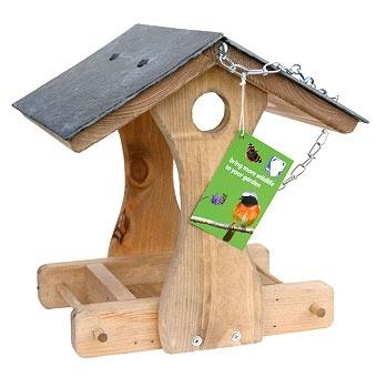 Mangiatoia in legno con tetto in ardesia mod. Lampone    Anche questo modello è caratterizzato dal tetto in ardesia.  Il suo peso la mantiene sempre molto stabile anche quando