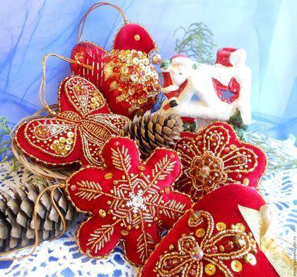 Купить или заказать Игрушки на елку мягкие, из бархата с вышивкой (большой набор) в интернет-магазине на Ярмарке Мастеров. Большой набор эксклюзивных, мягких, елочных украшений из красного бархата с вышивкой в золотой гамме - 'ЗОЛОТЫЕ УЗОРЫ' - новогоднее настроение для Вас! Отличный подарок на Новый Год. В комплекте 15 елочных игрушек, все новогодние фигурки разные - колокольчик, елочка, варежка, сапожок, сердечко, цветочек, бабочка, снежинка, снеговик, домик, птичка, сова, звезда, месяц…