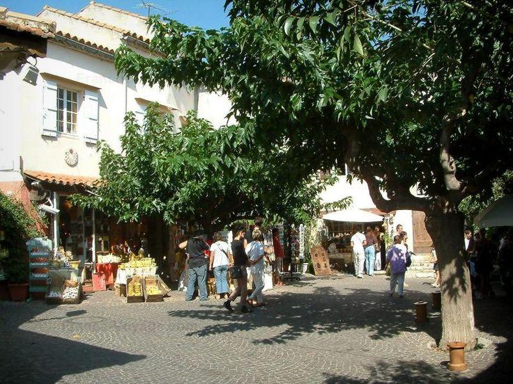 Le Castellet Arbres, boutiques de souvenirs et maisons du