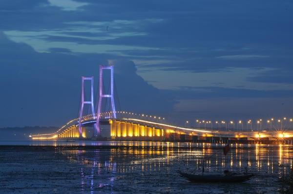 Suramadu Bridge - Gate2Madura.. :-), Plg pas berhenti di Jembatan trus foto2.. :-)