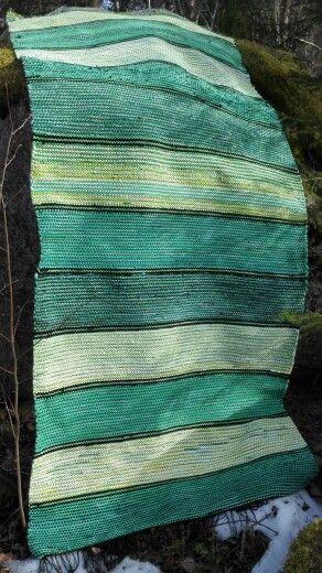 Vihreä 110 cm leveä räsymatto.