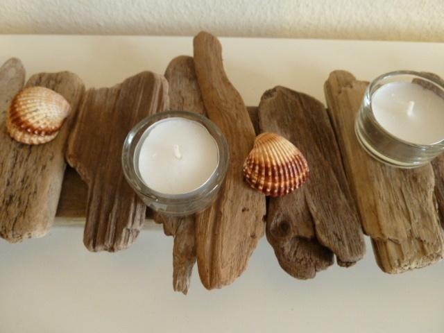 *Adventsgesteck/Teelichthalter aus Treibholz*  Teelichthalter aus einem Treibholzbrett, das mit flachen Treibhölzer liebevoll geschmückt wurde. Die 10