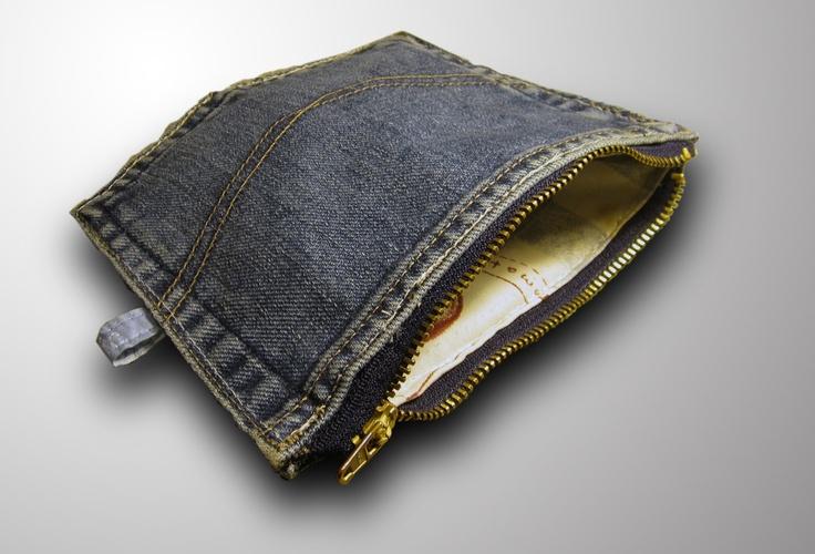 This purse is made from an old pair of jeans´ backpockets and zipper.    Pussukka on tehty vanhojen farkkujen takataskuista ja vetoketjusta.