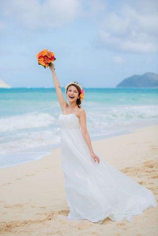 青い海を前にして開放感たっぷりで幸せオーラ満開♡オフショルダーのドレスでキュートにきめて。ハワイアンウェディングの花嫁一覧総まとめ♡