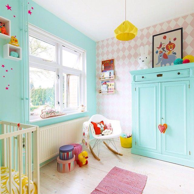 a wonderful colorful room...