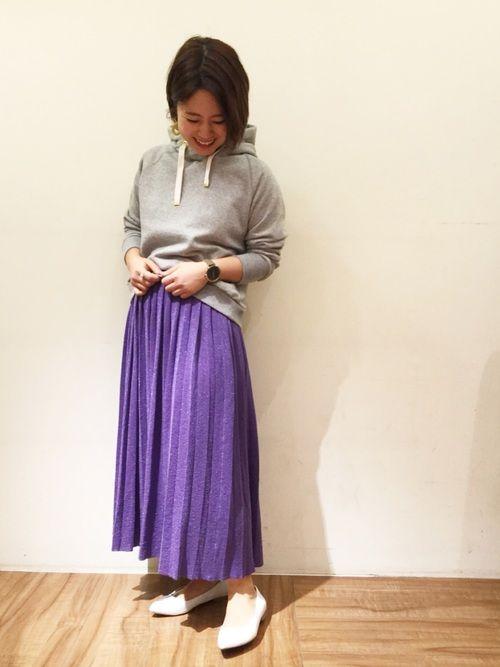 パープルのプリーツスカートは、細かくラメが入ってて可愛い❤️ 短め丈のパーカーpoでバランスよく🙆