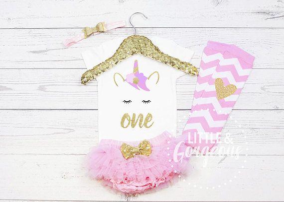 Deze schattige Unicorn eerste verjaardag is de meest schattige toevoeging aan je kleintje de grote dag!  De licht roze en gouden combo is super op trend. De Gold Glitter is van hoge kwaliteit en niet vergoten of afschilferen.  SS = Romper Korte mouw LS = Romper met lange mouw.  COMPLETE 4 delige Set (zoals afgebeeld) omvat: ♥ 1 Onesie ♥ 1 gouden Glitter dubbele boog met licht roze hoofdband. ♥ Licht roze Baby bloeiers (luier dekking) ♥ Instellen van roze en witte chevron beenwarmer...