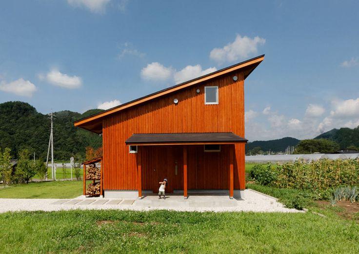 栃木県鹿沼市加園ののどかな風景の広がる敷地に建つ住宅です。片流れの大屋根がかかり、冬の光を取入れ、夏の日差しをけるようにパッシブな家の作りになっています。屋根には、「そよ風」と呼ばれる太陽採熱システムがのり、自然エネルギーを有効に活用にしております。内部も漆喰や八溝杉等の自然素材で構成しており。自然と共に生活する住まい
