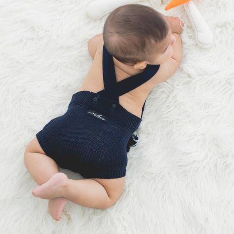 macacão bebê de tricô azul marinho com pompom - Macacão bebê de tricô azul marinho confeccionado em algodão e material sintético, tem o toque macio e é super confortável. Com cortão de pompom para ajustar a cintura e dar o toque estiloso ao look. Pode ser usado sozinho no verão ou com roupinha por baixo no inverno. Vai ser difícil aguentar tanta fofura! #modabebe #trico #modainfantil #bebeestiloso #tricot #lookdebebe #fashionbaby #bebemoderno #conforto #modaescandinava #escandinavo…