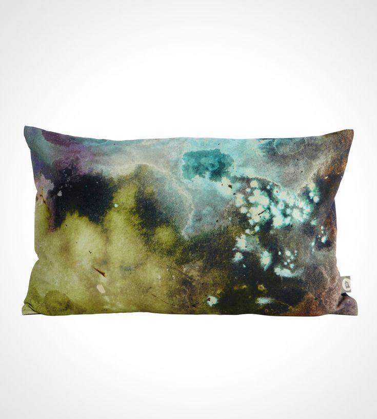 Stemningsfuldt og funky pudebetræk med batik mønstereffekt i blå og grønne toner  Pudebetrækket er fra Housedoctor og kommer i størrelsen 30x50 cm