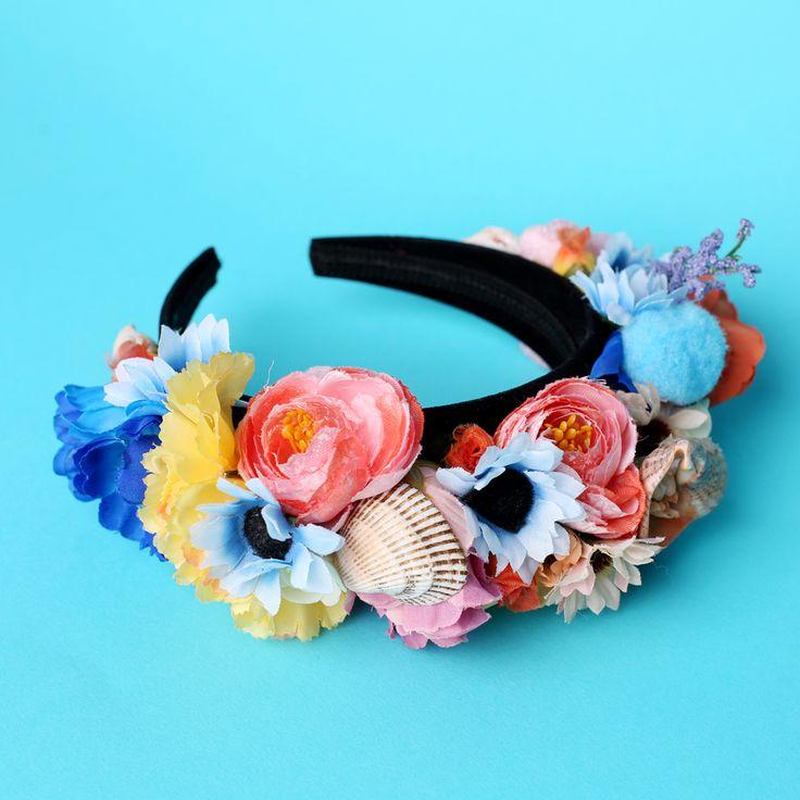 Coroniță din flori – plastic, hârtie, textil, perle, aplicații diverse si SCOICI NATURALE  Asamblare manuală pe cordeluță neagră de plastic, imbracata in catifea neagră  Mărime universală  Culori: roz, albastru etc.  Flori: diverse si SCOICI NATURALE