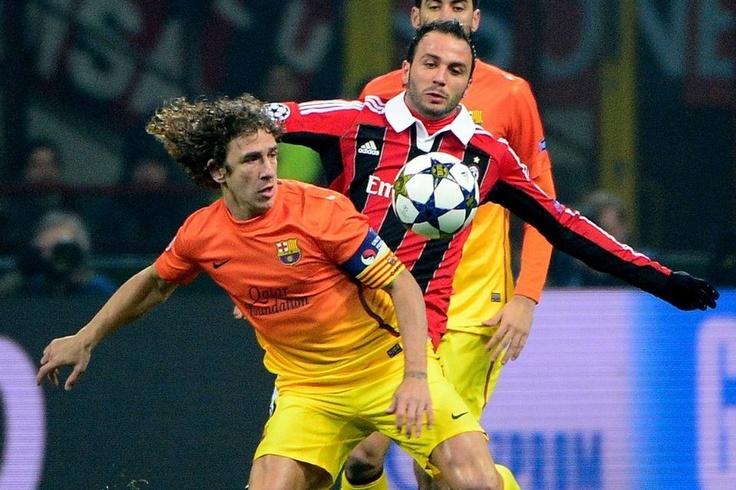 Milán 2-0 FC Barcelona   Giampaolo Pazzini pugna con Carles Puyol. [20.02.13]