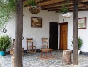Construida en bahareque con techo de teja la casa fue for Techos de tejas para patios exteriores