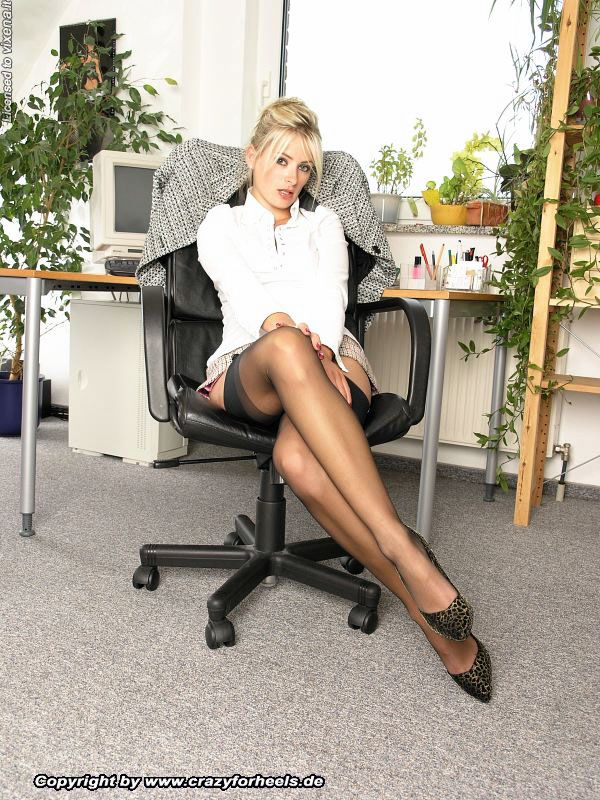 Duble picture porno stocking in office