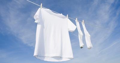 Gele deodorant vlekken verwijder je makkelijk door deze voor het wassen in te spuiten met glans-spoelmiddel voor de vaatwasser! daarna gewoon wassen zoals normaal. De vlekken verdwijnen als sneeuw voor de zon.