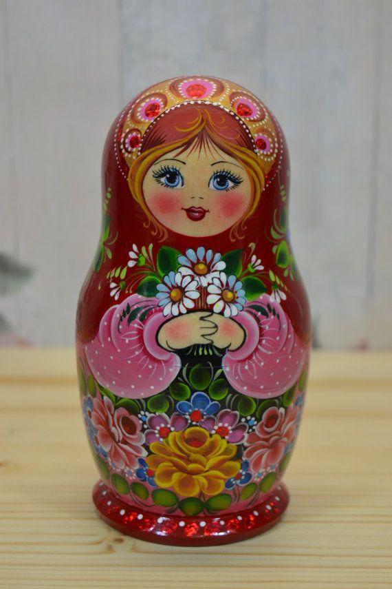 Traditionnel russe ensemble de poupées gigognes de 5 en robe à fleur. Poupée d'art populaire, peint à la main. Matriochka est tourné de tilleul (autre nom est tilleul) et peint à la main avec de la peinture gouache de haute qualité (tempera). Certains détails sont faites avec l'utilisation de la feuille décorative. Chaque poupée russe est recouvert de 3 couches de vernis brillant non toxique ! -Toutes nos poupées viennent dans des sacs organza fait à la main idéal pour les dons ! -Chaque…