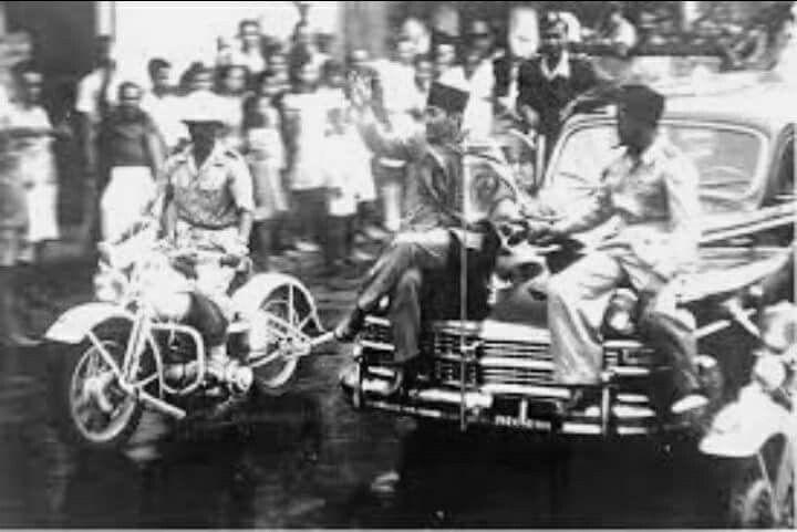 Kedatangan Bung Karno,Bung Hatta  dan mentri pertahanan Amir  Syarifuddin  saat menenangkan rakyat Surabaya setelah  terjadi konfrontasi dengan Tentara Inggris  Batalyon 49 gurka Oktober 1945 sebelum pecah Pertempuran 10 Nopember 1945  - British museum -