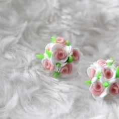 Boucles d'oreille puce petite boule de fleurs en fimo
