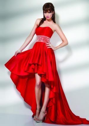 Короткое красное платье со шлейфом