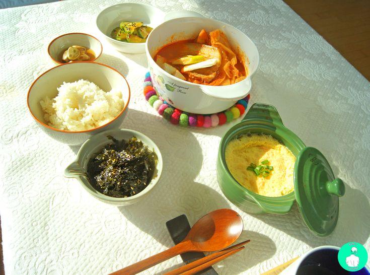 레시피는 블로그에 >>> 지글지글 통삼겹과 통김치가 들어간 짜글이 찌개에 계란찜과 김무침, 호박볶음과 마늘장아찌를 곁들인 점심상데쓰 #요리#짜글이#찌개#계란찜#호박볶음#점심#마늘장아찌 ----- Korean lunch table >> kind of kimchi soup with whole pork belly, whole kimchi  side dish - Egg custard, Fried pumpkin, Pickled garlic, seweed  #cook#lunch#korean#dish#rice#kimchi#soup#egg#custard#pumkin#garlic#seaweed#snap