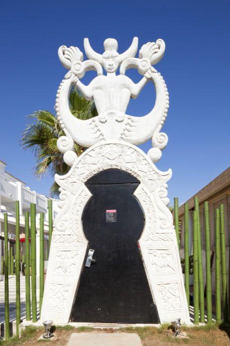 Puerta de entrada desde la playa al hotel.