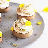 Mini citrontærter med pistaciekaramel og saltet marengs - Ditte Julie Jensen